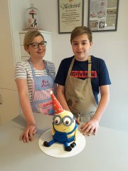 mutter-sohn-backen-miniontorte.jpg